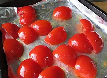 2. Подготовьте помидоры: тщательно промойте их, по желанию можете снять кожицу и нарежьте пополам. Оставьте их дожидаться своей очереди.