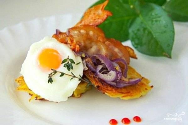 Подавайте блюдо, уложив на драники яйцо, бекон и лук. Украсьте их веточками тимьяна. Приятной дегустации!