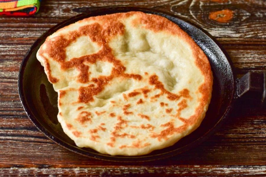 В сковороде разогрейте оставшееся масло. Выложите лепешку, жарьте ее на умеренном огне до красивого и румяного цвета с двух сторон.