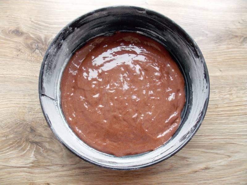 Форму для выпечки смажьте растительным маслом и обсыпьте мукой. Вылейте в форму тесто и разровняйте.