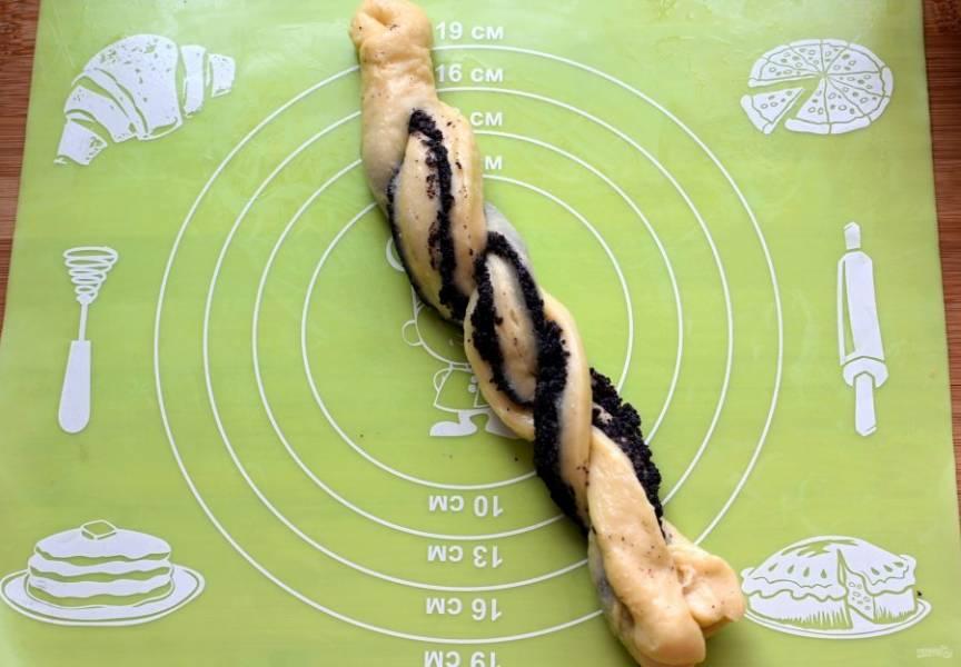 Скатайте  тесто в рулетик. Надрежьте тесто вдоль почти до конца и переплетите между собой.