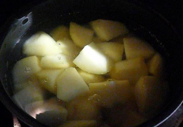 Картофель чистим, нарезаем довольно крупно, выкладываем в кастрюлю и заливаем кипятком, варим картофель в течение 5 минут после закипания.