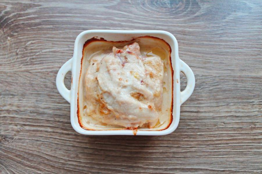 Достаньте филе с фаршированной грудкой из духовки, полейте оставшимися сливками и поставьте запекаться еще на 10 минут. Извлеките из духовки, дайте постоять 5 минут и подавайте к столу.