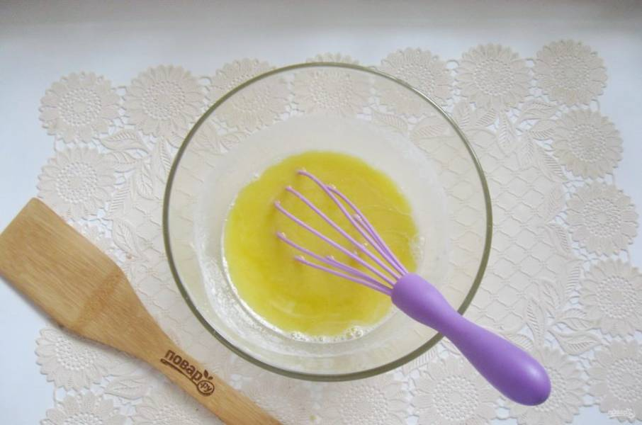 Влейте растопленное сливочное масло. Хорошо перемешайте венчиком кефир, дрожжи, соль, сахар, яйцо, масло и ванильный сахар.