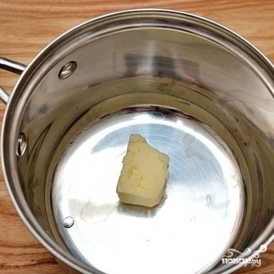 1. Выложите в сотейник сливочное масло.