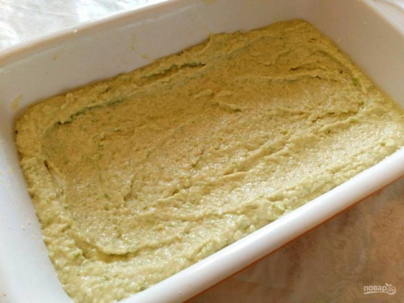 Тесто должно получиться достаточно густым, спадающим, а не стекающим с ложки. Разделите его на 2 примерно равных части и выложите одну из них на дно смазанной маслом и присыпанной мукой формы.