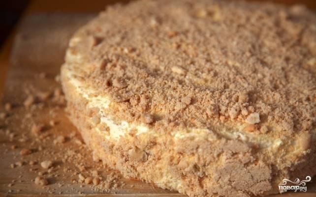 Последний этап — это орехи. Подсушите на сковороде несолёный арахис и очистите его от шелухи. Теперь орехи нужно измельчить в муку при помощи кофемолки. При желании можно делать это блендером, чтобы получить более крупную ореховую крошку. Арахисовой мукой или крошкой посыпьте верхушку торта равномерным слоем, а также обработайте крошкой бока торта. Оставьте торт на час пропитаться и затем подавайте к столу.
