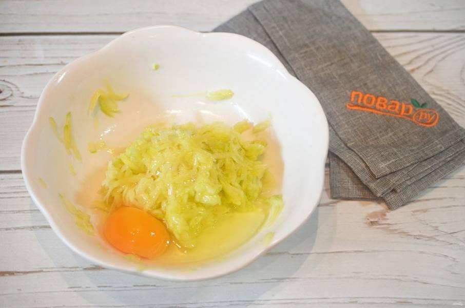 3. Добавьте яйца.