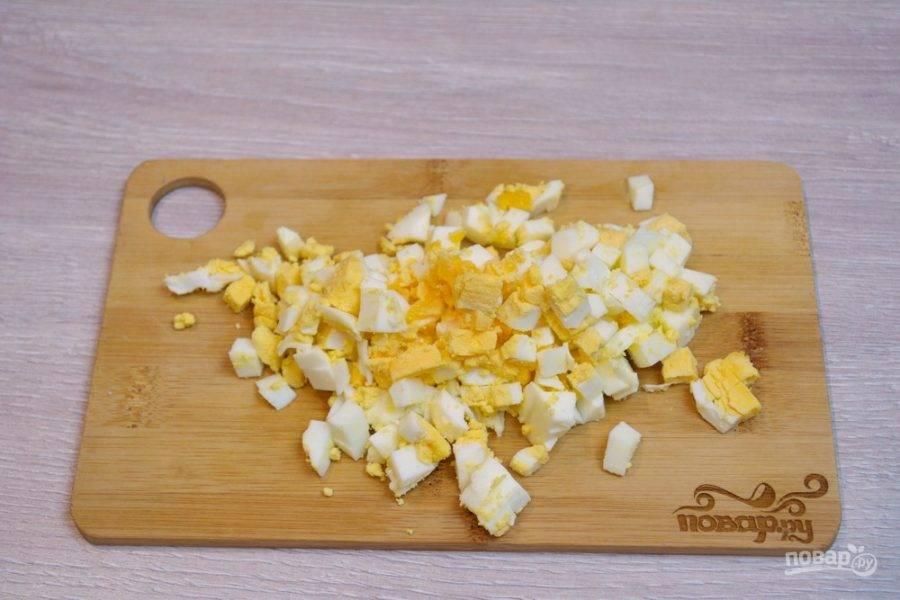 5. Отварные яйца необходимо нарезать небольшими кубиками.
