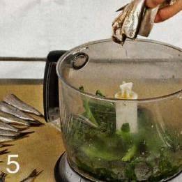 Кильку очистить от головы, внутренностей и костей. Половину кильки смешать со шпинатом и взбить в блендере вместе со сметаной, яйцом и желтками.