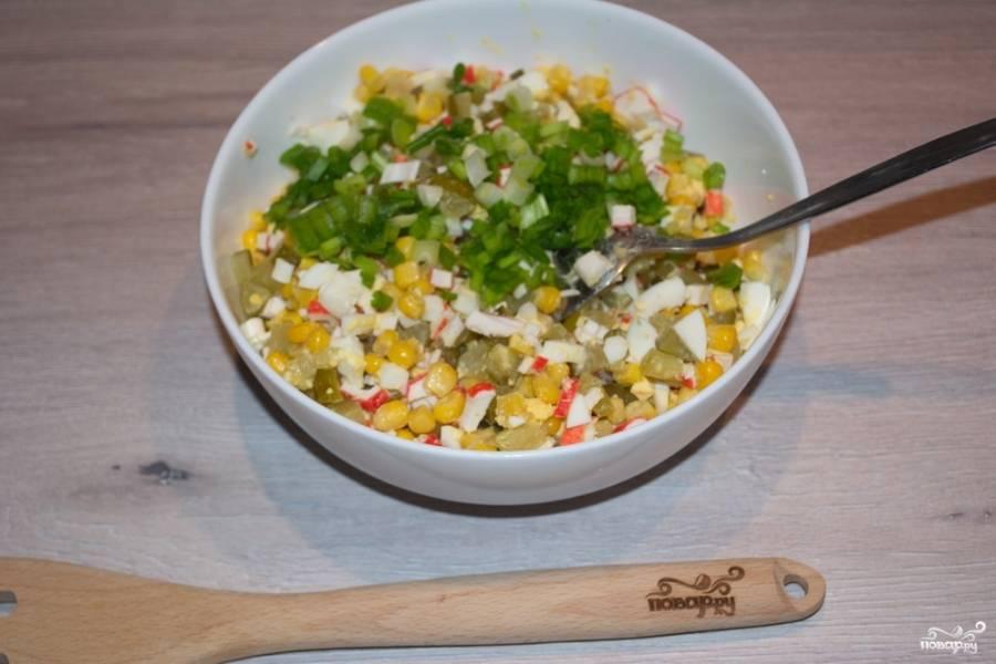 Добавьте в салатник измельченную зелень. Заправьте салат майонезом.
