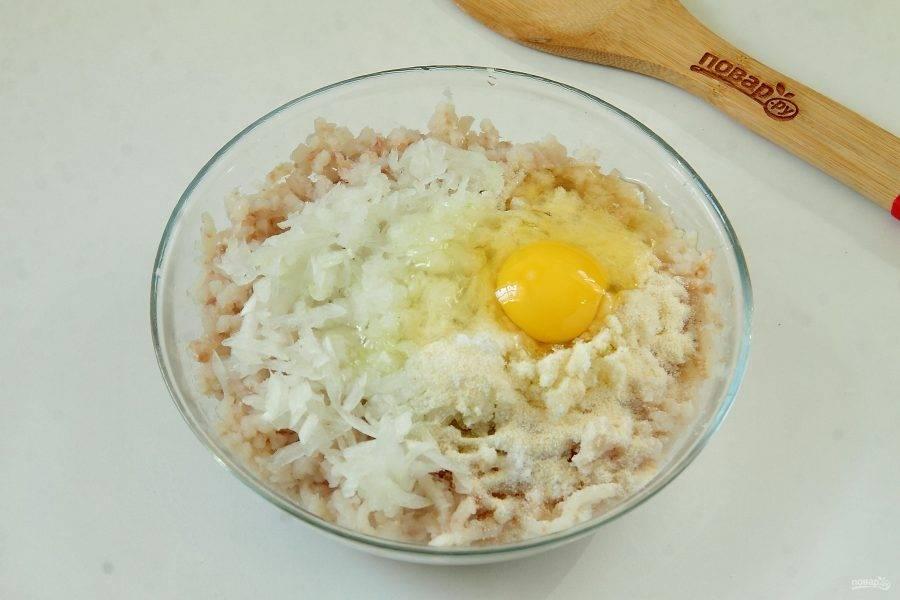 Добавьте к фаршу измельченную луковицу, одно яйцо, манку и соль по вкусу.