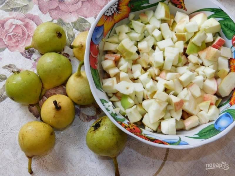 Для приготовления начинки нарежьте кубиками яблоки и груши.