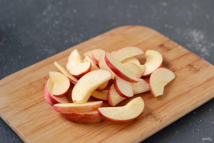 Яблоки помойте, удалите сердцевину, нарежьте дольками.