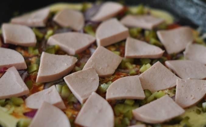 Затем нарезанный огурчик и вареная колбаска.