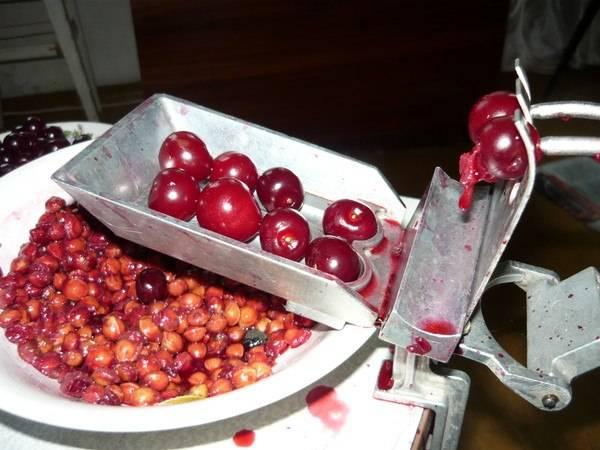 Для начала мы тщательно промываем вишню, даем ей высохнуть немного и очищаем ягоды от косточек.