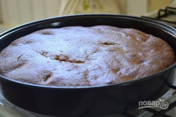 5. Сверху вылейте оставшееся тесто и отправьте все в разогретую до 160 градусов духовку. Запекайте пирог около 45 минут до готовности.