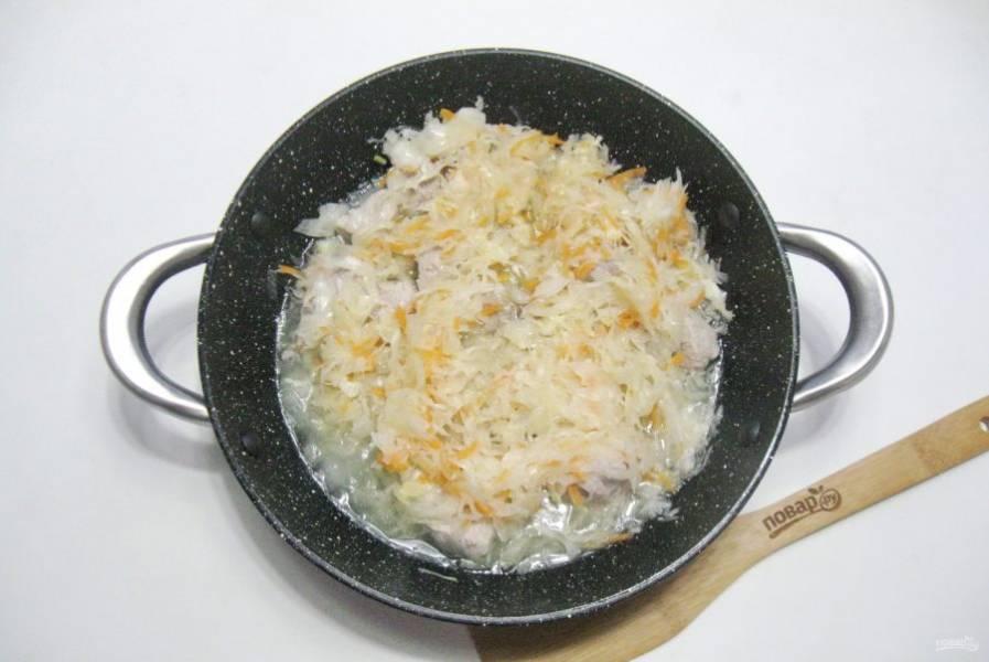 После квашеную капусту отожмите и добавьте к мясу. Тушите еще 20 минут.