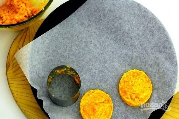 Противень или форму для запекания застелите пергаментом. С помощью формовочного кольца или вручную, сформируйте круглые котлеты диаметром 5-7 см.