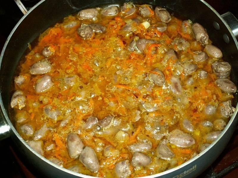 Блюдо из куриных сердечек в сметане готовится сразу с гарниром, что очень удобно.