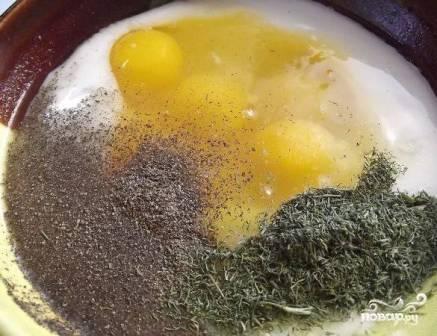Смешаем яйца, йогурт, мелко измельченную зелень укропа. Добавим соль и перец и все тщательно размешаем.