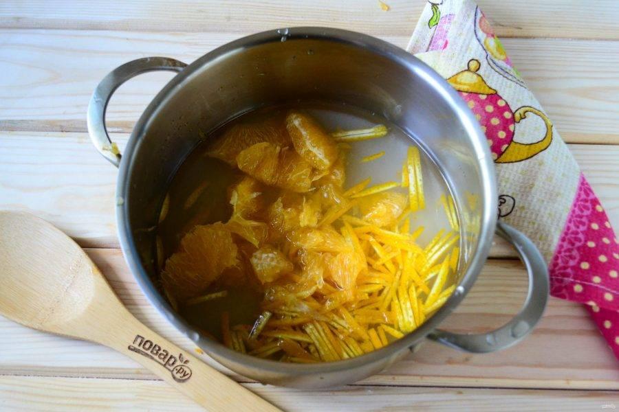 Дольки апельсина (их можно не измельчать) предварительно очистите от белых пленок и положите в кастрюлю. Поставьте кастрюлю на огонь и доведите до кипения.