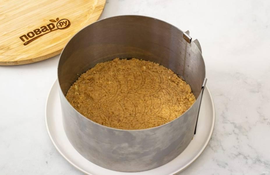 Выложите получившуюся массу плотным тонким слоем в кулинарное кольцо. Утрамбуйте.