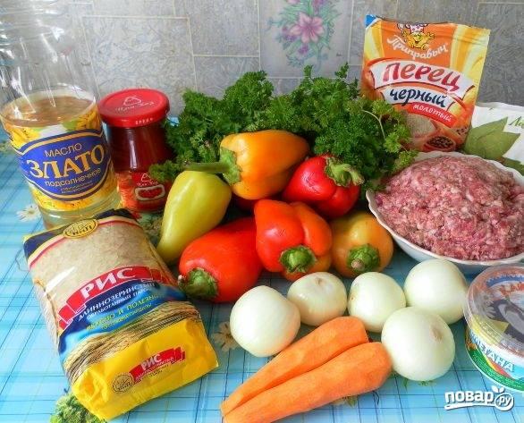 1. Скоро закончится сезон свежих овощей, поэтому хочется еще побаловать себя вкусненькими блюдами на их основе. Я очень люблю готовить фаршированный перец с фаршем и рисом в сметанно-томатном соусе.