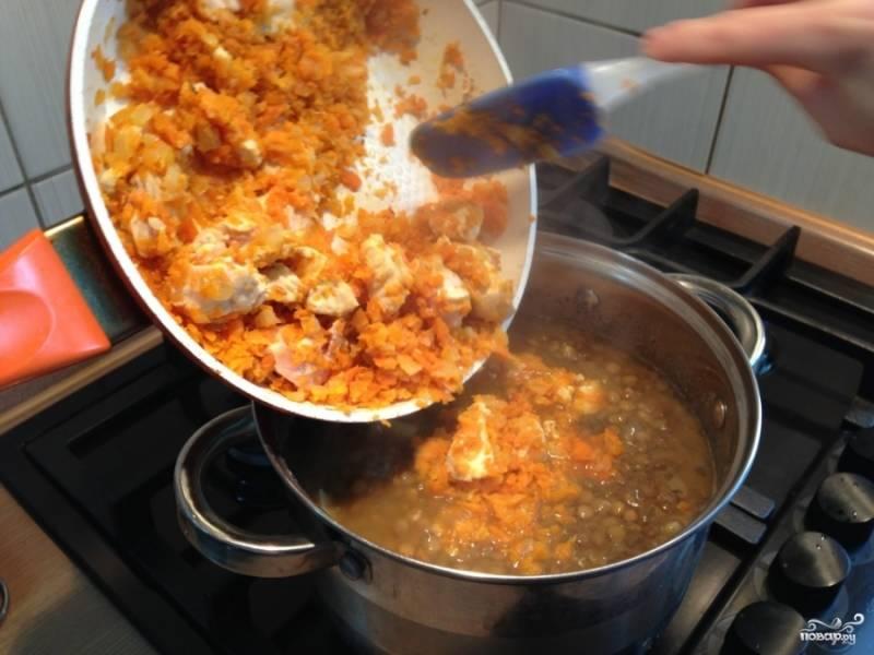 Затем все содержимое сковородки перекладываем в суп.