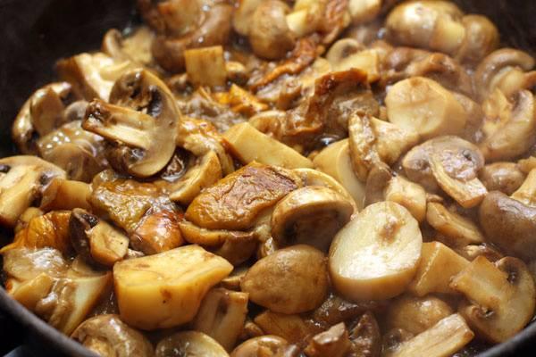 4. Отправляем готовый лук к грибам, заливаем стаканом воды и протушиваем до тех пор, пока вся жидкость не испарится.