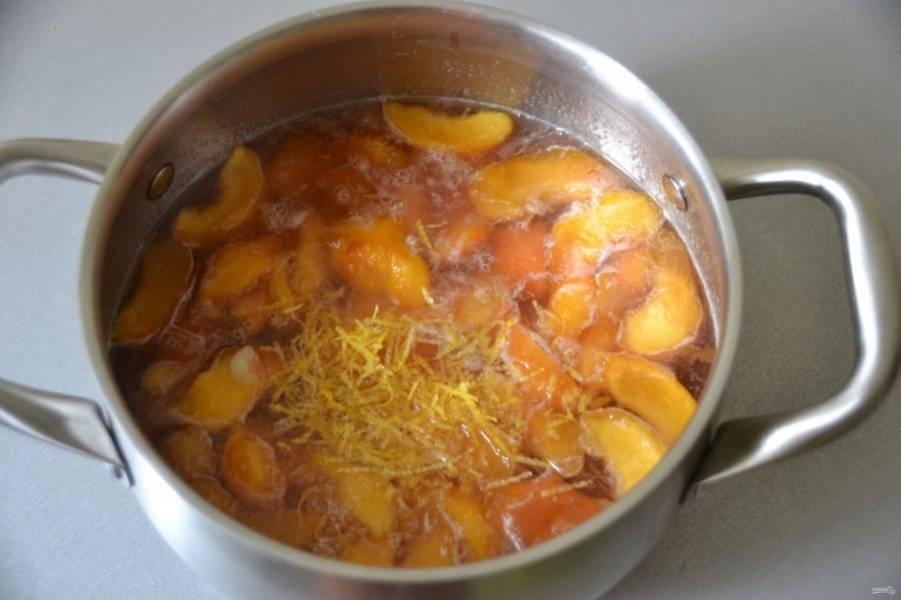 Когда песики нагреются до кипения в третий раз, положите цедру лимона и влейте лимонный сок, дайте закипеть и сразу отключайте. Если варенье предназначено для хранения на зиму, разлейте в горячем виде в простерилизованные банки. Переверните вверх дном и укутайте в покрывало, чтобы варенье полностью остыло.