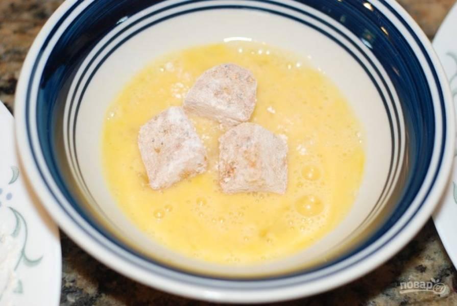 3. В небольшой пиале взбейте яйцо со щепоткой соли. После чего обваляйте рыбу в яичной смеси.