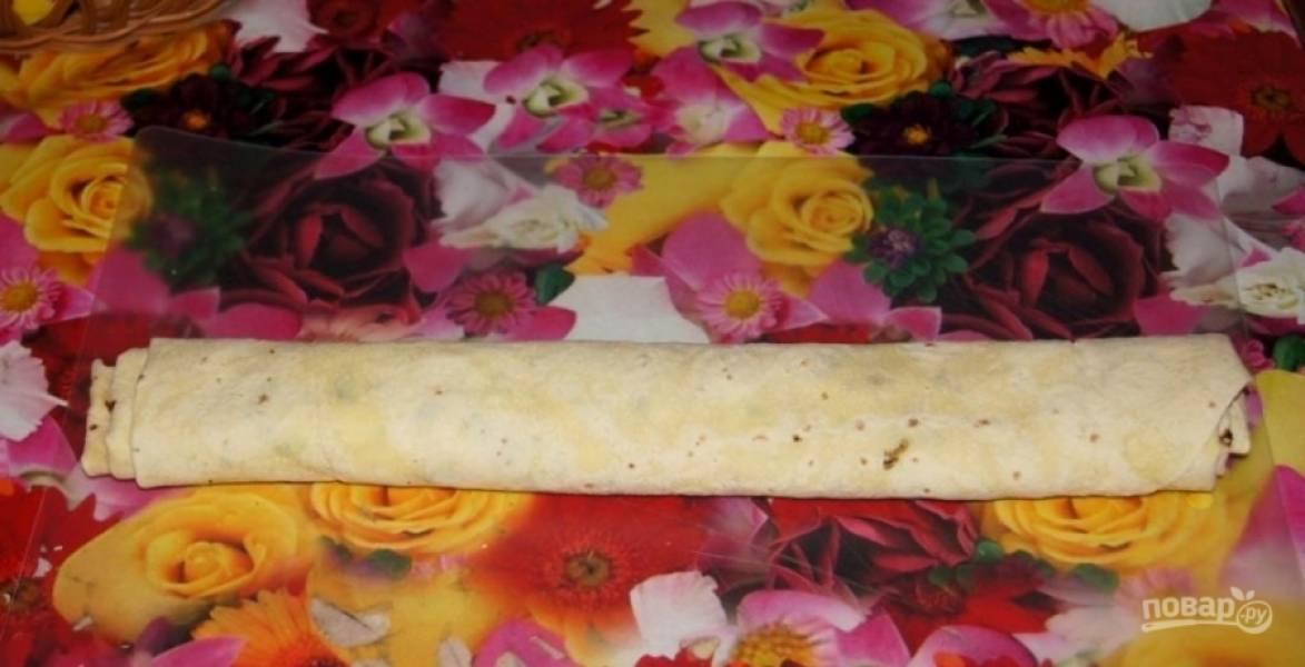 5.Получившуюся «колбаску» из лаваша заворачиваю в пленку и кладу на 30 минут в холодильник.