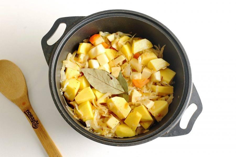 Добавьте примерно 1 стакан воды (можно и больше, но помните, что овощи в процессе пустят еще сок), посолите, добавьте специи и лавровый лист.