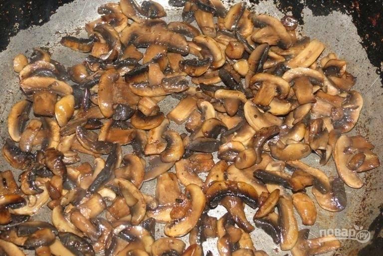 2.Сковороду разогреваю с растительным маслом, обжариваю на ней грибы до готовности.