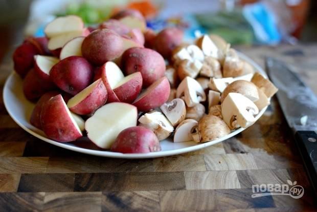 2. Также нарежьте грибы и картофель.