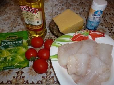 Подготавливаем продукты для нашего блюда. Филе трески моем, солим и перчим. В сметану добавляем горчицу. Сыр натираем на терке. Помидоры разрезаем на половинки.