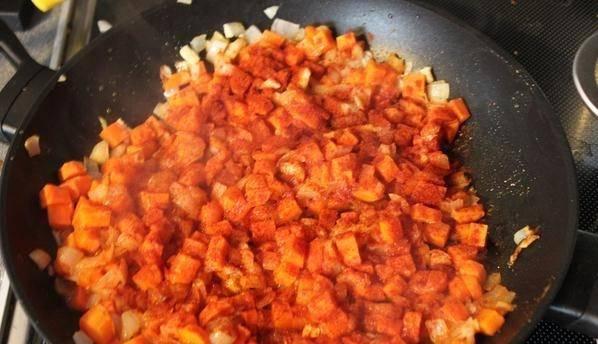 На сковороде растопите сливочное масло, обжарьте порезанный мелко лук и чеснок, до золотистой корочки. Добавьте морковь, жарьте еще 7 минут. Затем кладем аджику и томатную пасту, посыпаем паприкой, перемешиваем и тушим 10 минут.