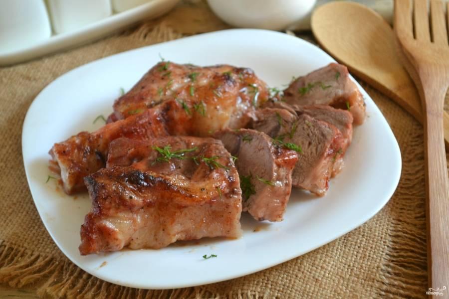 Вкусное мясо в духовке готово. Его можно подавать к любому гарниру, а можно порезать на тонкие слайсы и подать в качестве закуски. Выбор за вами. Приятного аппетита!