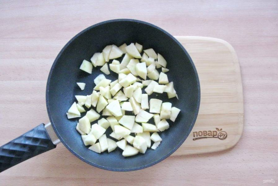 Яблоки помойте, очистите, удалите сердцевину и нарежьте небольшими кубиками. Полейте лимонным соком, чтобы они не потемнели.