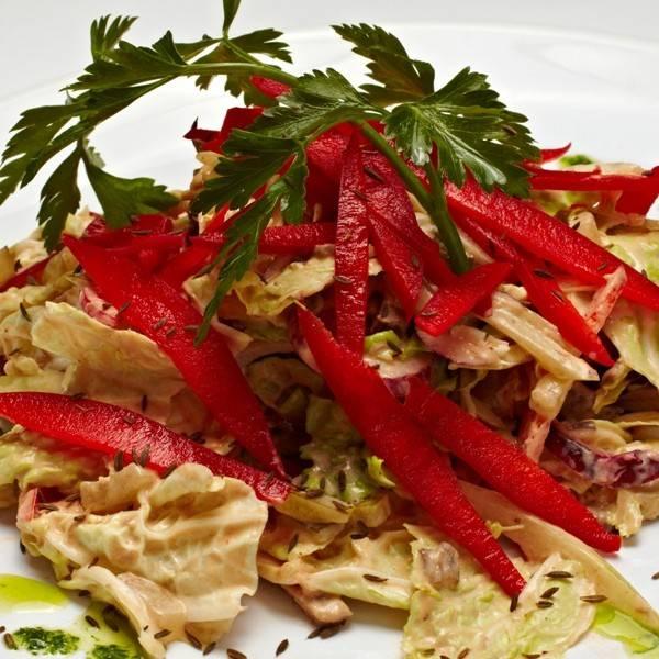 Перемешиваем листья салата с говядиной и соусом. Сверху выкладываем болгарский перец в каждую порцию отдельно. Можно украсить сверху зеленью.