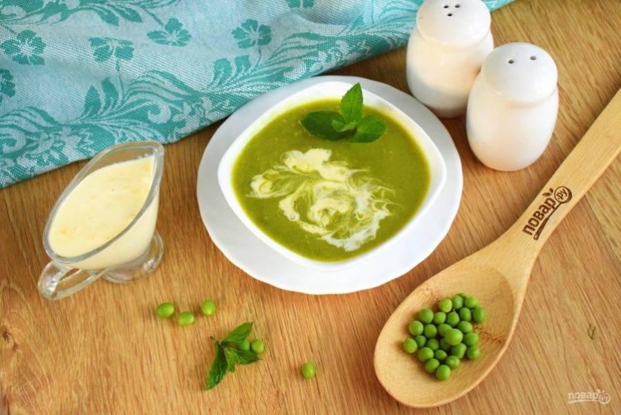 Добавьте суп-пюре, сливки, перец по вкусу. Украсьте листиками мяты. Приятного аппетита!