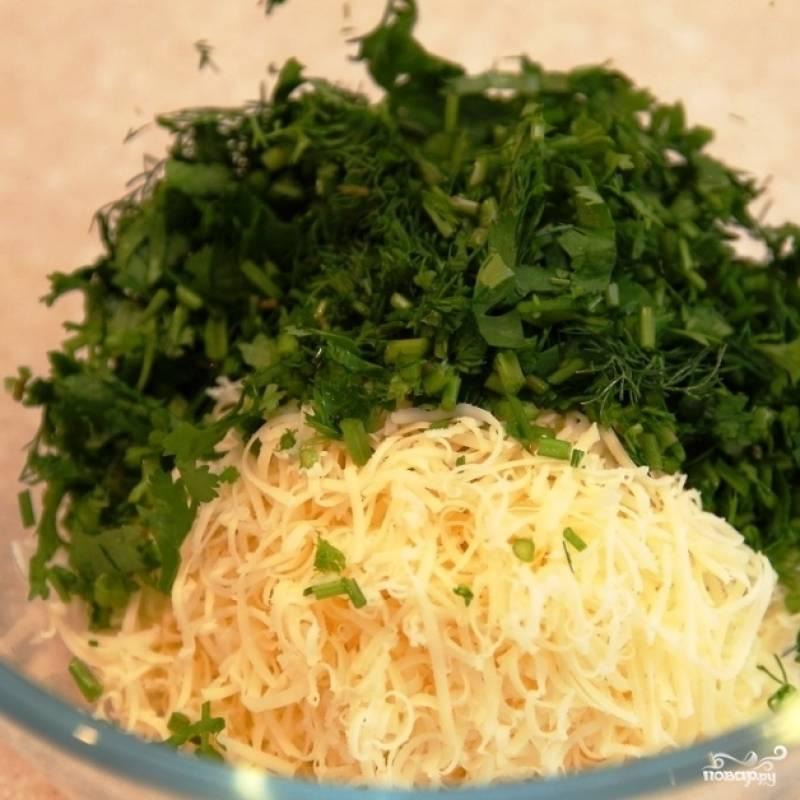 Смешиваем зелень и чеснок, туда же натираем сыр.