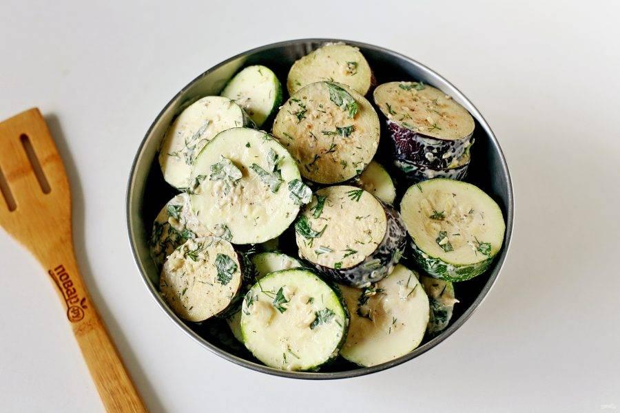 Натрите каждый кружочек овощей получившимся соусом. Оставьте мариноваться минимум на 30 минут.