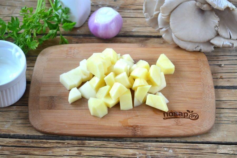 Картофель порежьте небольшими кусочкмми.