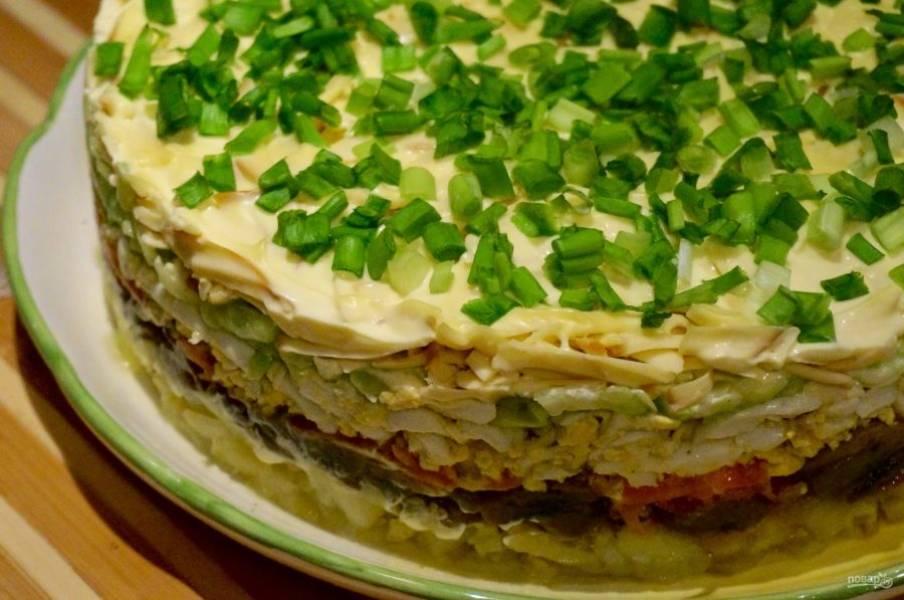 9. Теперь берем форму, в которой будем делать салат, и начинаем выкладывать слои, промазывая майонезом каждый. 1-й слой — картофель. 2-й слой — жареные грибы с луком. 3-й слой — яйца. 4-й слой — огурцы. 5-й слой — сыр. 6-й слой — зеленый лук. Слои можно менять местами, но такая последовательность наиболее удачная.