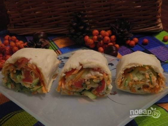 Пропитанный соками овощей рулет из лаваша с адыгейским сыром нарезаем и подаем к столу.