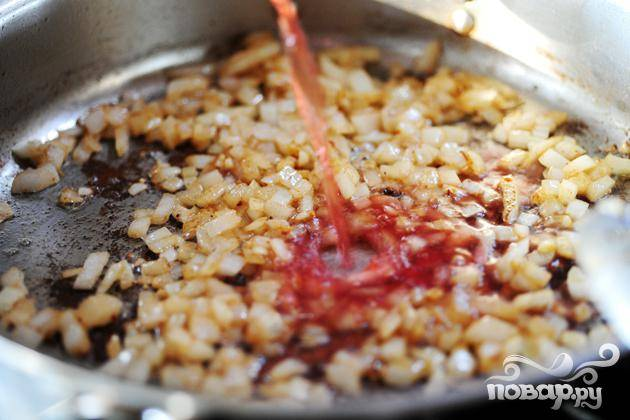 3. Мелко нарезать лук и измельчить чеснок. Добавить лук и чеснок на сковороду и осторожно перемешать в течение 2 минут. Влить вино и готовить до тех пор, пока жидкость не уменьшится наполовину, около 2 минут.