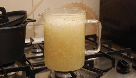 В кипящую воду бросьте имбирь, проварите 2 минуты.