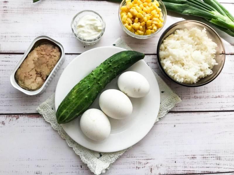 Подготовьте все необходимые ингредиенты. Яйца отварите в подсоленной воде 7-8 минут. Рис отварите до готовности.